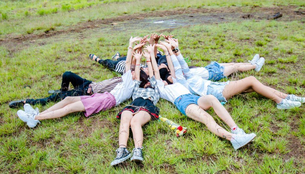 Intercambios estudiantiles a Europa - chicas en la hierba