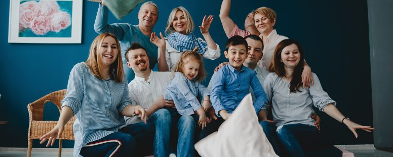 Abuelos, padres y sus hijos se sientan juntos - familia anfitriona