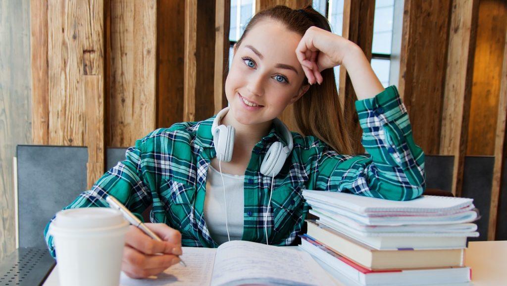 niña estudia en la escuela en Canadá
