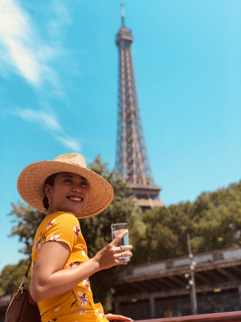 Estudiante frente a la torre eiffel