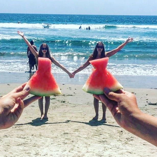 Estudiantes en la playa en el muelle de Santa Mónica en California