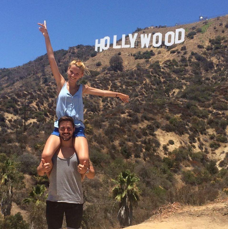 estudiantes frente al famoso letrero de Hollywood