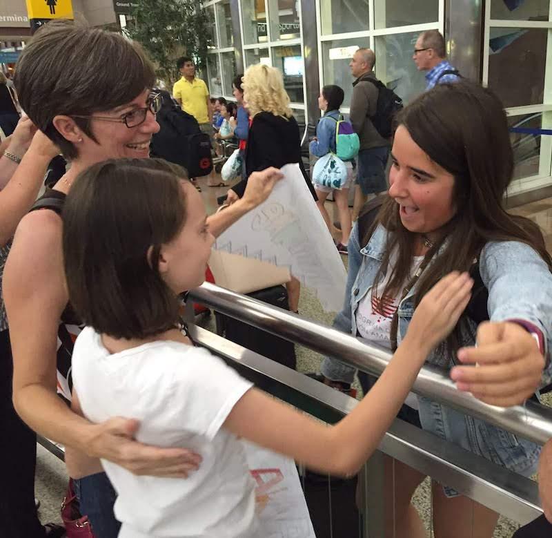 estudiante intercambio aeropuerto abrazo