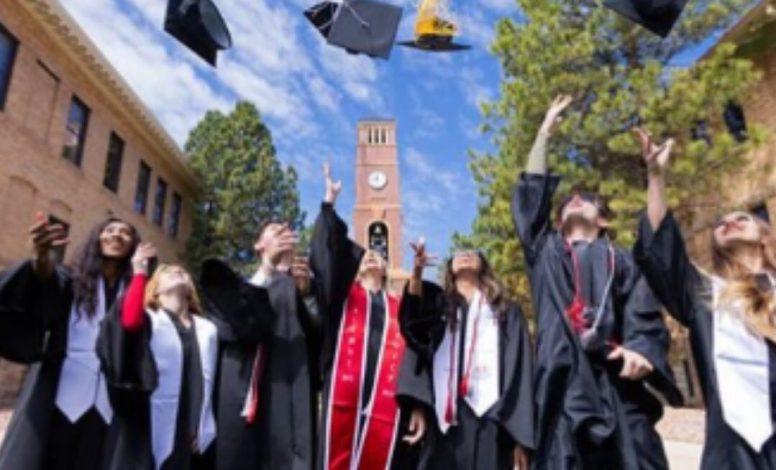 Foto aventando el Birrete (Sombrero de Graduación)