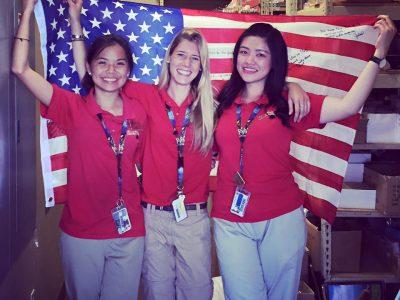 estudiantes en los Estados Unidos con bandera