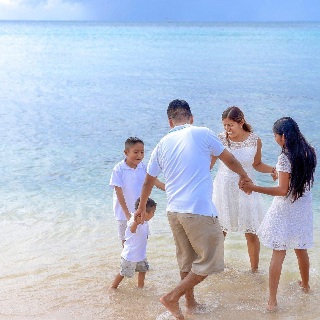 La familia anfitrion está jugando en el agua
