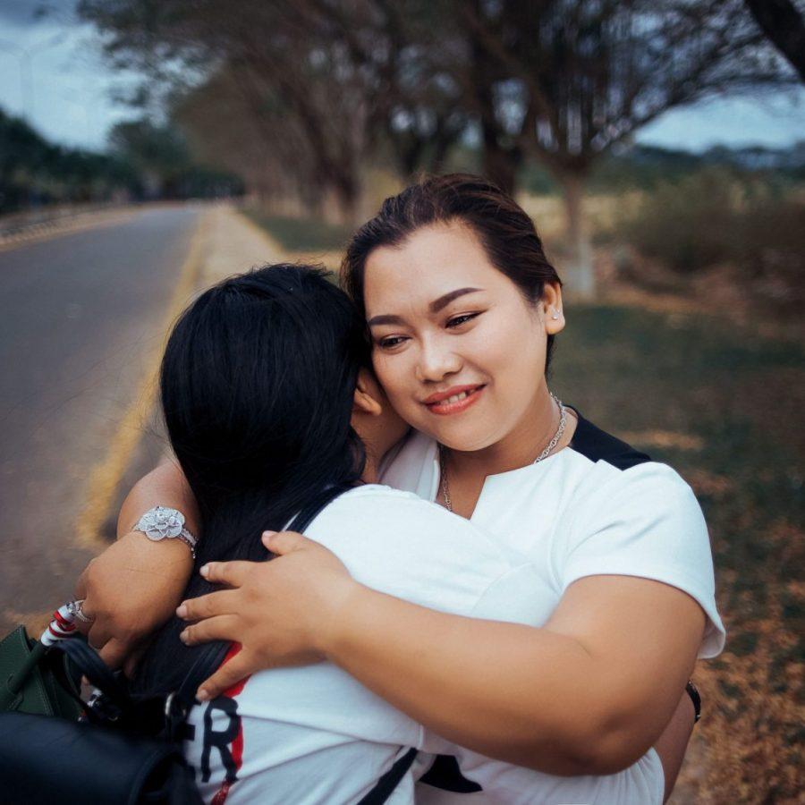 Dos estudiantes de intercambio se están abrazando - Familia anfitriona